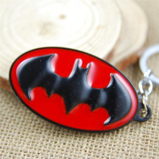 На картинке брелок «Бэтмен», крупный план, цвет красный.