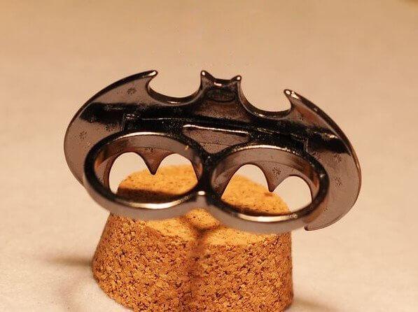 На картинке кольцо «Бэтмен», обратная сторона.