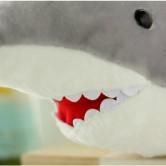 На картинке мягкая плюшевая игрушка акула, детали.