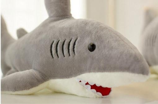 На картинке мягкая плюшевая игрушка акула, общий вид.