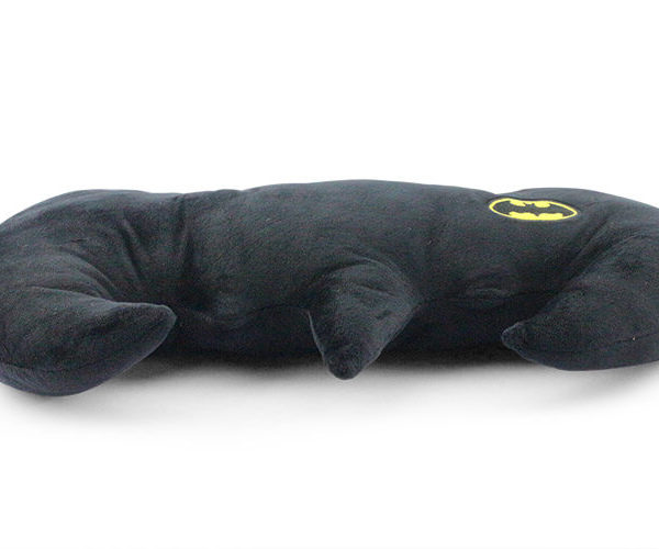 На картинке подушка «Бэтмен», вид сбоку.