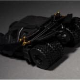 На картинке игрушка машина Бэтмена (Бэтмобиль), вид сзади.