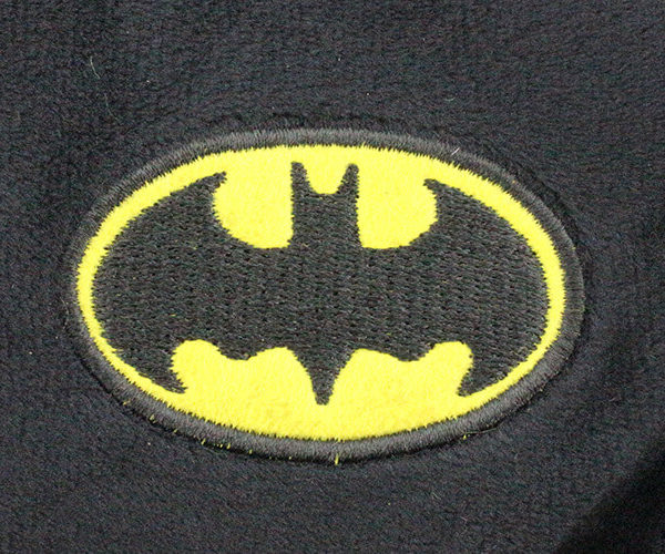 На картинке подушка «Бэтмен», детали.
