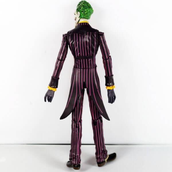 На картинке фигурка Джокера, вид сзади.