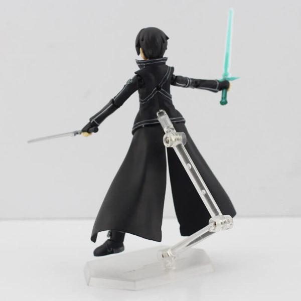 На картинке фигурка Кирито (подвижная) — Sword Art Online, вид сзади.