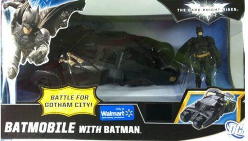 На картинке игрушка машина Бэтмена (Бэтмобиль), в упаковке.