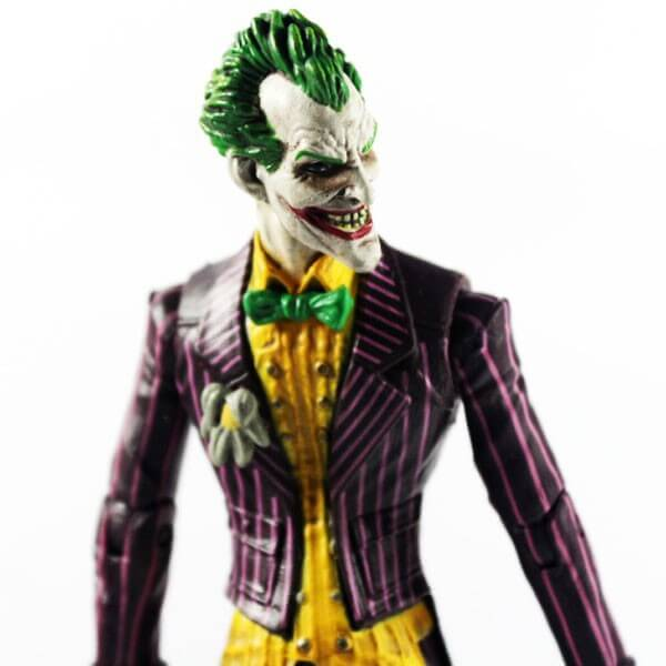 На картинке фигурка Джокера, детали.