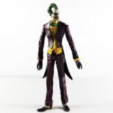 На картинке фигурка Джокера, вид спереди.