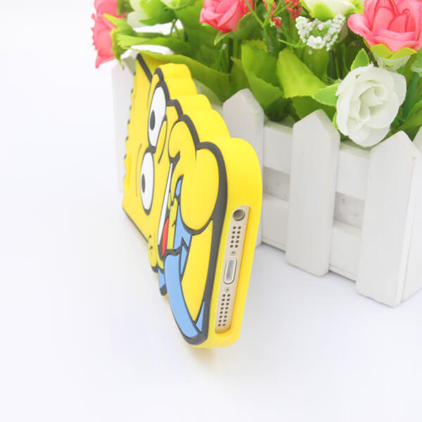 На картинке силиконовый чехол на айфон 4-4S-5-5S-6 Барт Симпсон, вид снизу.