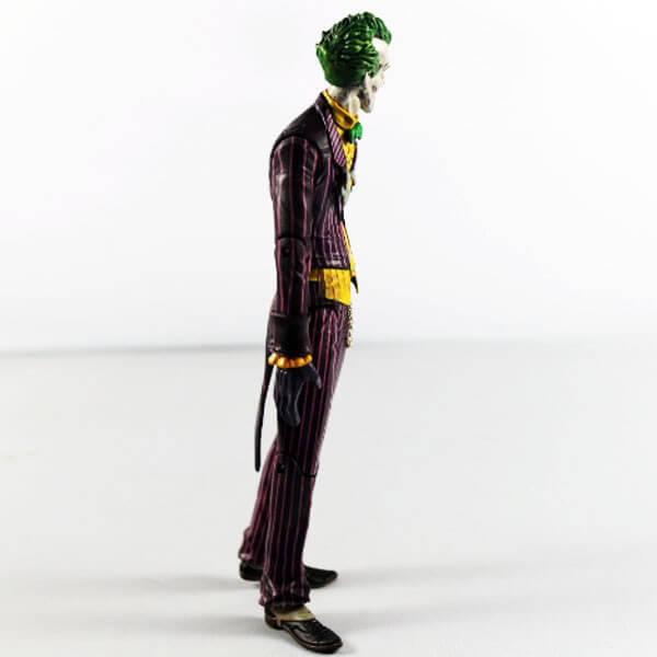 На картинке фигурка Джокера, вид сбоку.