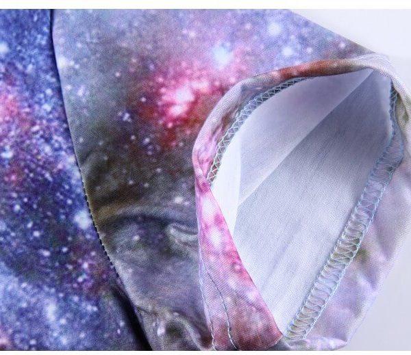 На картинке футболка с принтом космос (космическим принтом) 5 вариантов, детали, вариант 2.