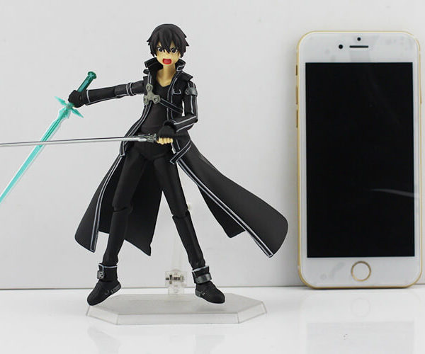 На картинке фигурка Кирито (подвижная) — Sword Art Online, вид спереди.