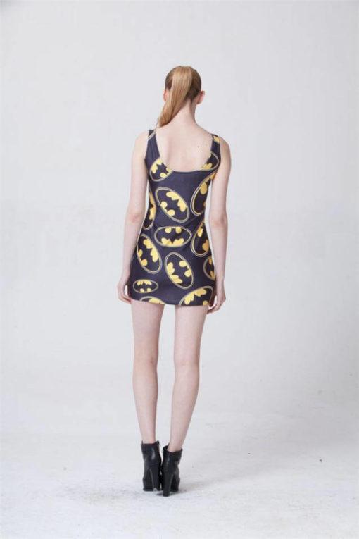 На картинке платье «Бэтмен», вид сзади.