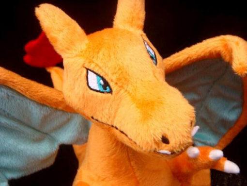 На картинке мягкая игрушка покемон Чаризард (Покемон), детали.