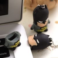 На картинке флешка «Бэтмен», общий вид.