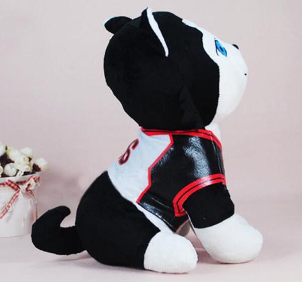 На картинке мягкая игрушка Баскетбол Куроко собака Тецуя 2, вид сбоку.
