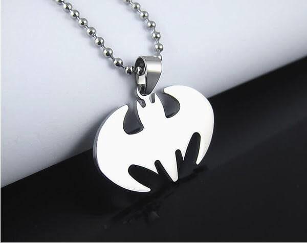 На картинке кулон-подвеска «Бэтмен», крупный план, цвет серебряный.