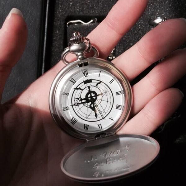 На картинке набор «Стальной алхимик», часы в открытом виде.