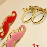 На картинке кольцо с усами (усиками), общий вид, цвета розовый и красный.