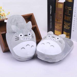 На картинке тапочки «Тоторо» (Totoro), вид спереди, цвет серый.