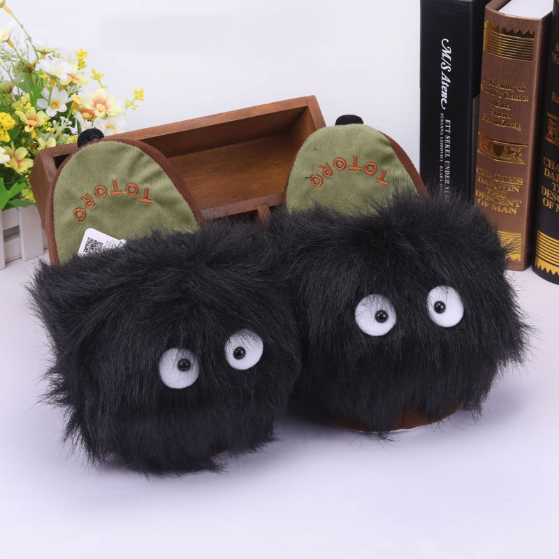 На картинке тапочки «Тоторо» (Totoro), вид спереди, цвет черный.