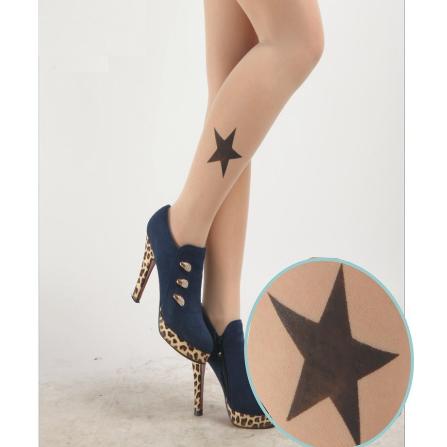На картинке колготки с рисунком тату «Звезды», вид сбоку.