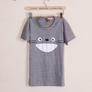 На картинке футболка «Тоторо» серая, вид спереди.