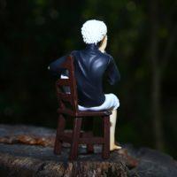 На картинке фигурка Кен Канеки (Kaneki Ken) - Токийский гуль, вид сзади.