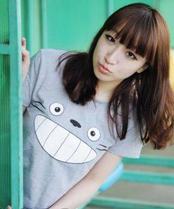 На картинке футболка «Тоторо» серая, общий вид.