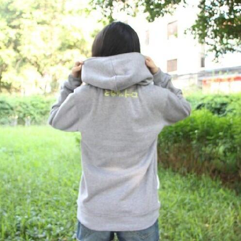 На картинке толстовка Тоторо (Totoro), вид сзади.