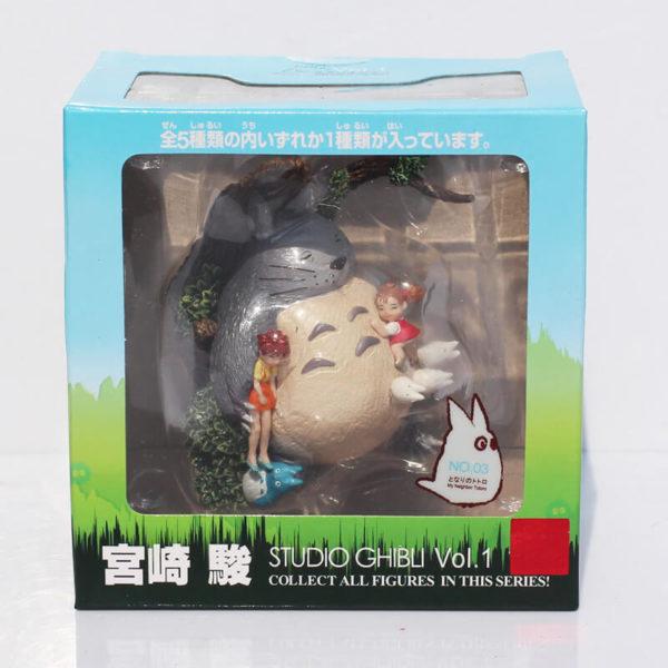 На картинке фигурка Тоторо (Totoro), в упаковке.