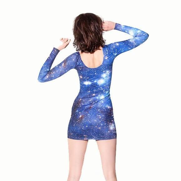 На картинке платье с принтом «Космос», вид сзади.