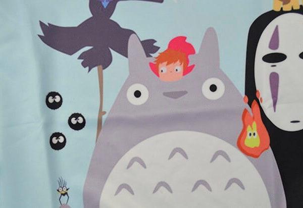 На картинке свитшот с Тоторо, Безликим и другими, детали.