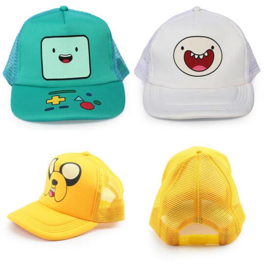 На картинке кепка «Время приключений» (3 варианта), вид спереди и сзади, цвета белый, желтый и бирюзовый.