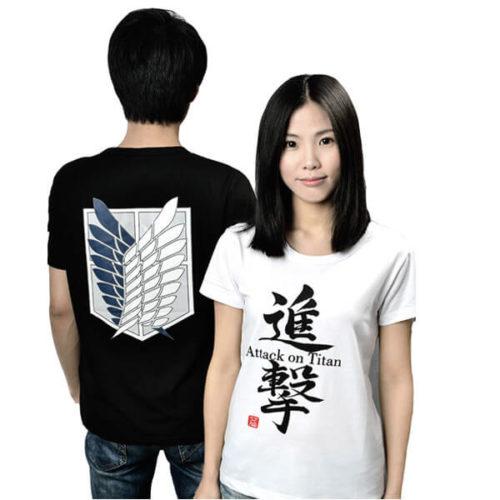 На картинке футболка «Атака титанов», вид спереди и сзади, цвета белый и черный.