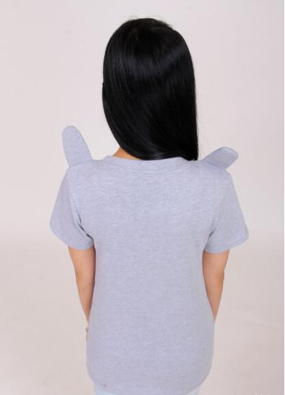 На картинке футболка «Тоторо» (Totoro), вид сзади.