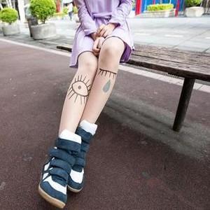 На картинке колготки с эффектом татуировки «Глаза» (2 варианта), общий вид.