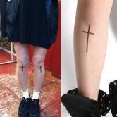 На картинке колготки с рисунком тату «Крест», общий вид.