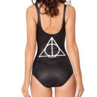 На картинке купальник «Дары смерти» (Гарри Поттер), вид сзади.
