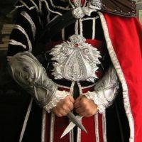 На картинке скрытый клинок ассасина Эцио Аудиторе (Ассасин крид), общий вид.