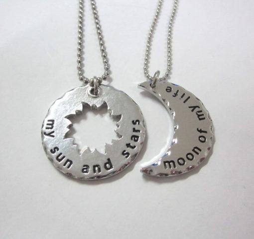 На картинке кулон «Луна и звезда» Кхала и Кхалиси (Игра престолов). вид спереди, вариант серебряный.