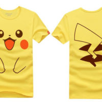 На картинке футболка «Пикачу» (Покемоны), вид спереди и сзади.