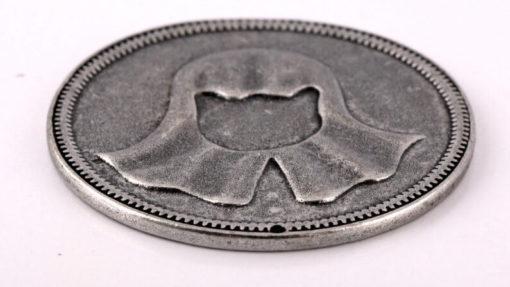 На картинке монета Безликого «Игра престолов», крупный план.
