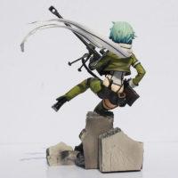 На картинке фигурка Синон «Sword Art Online», вид сзади.