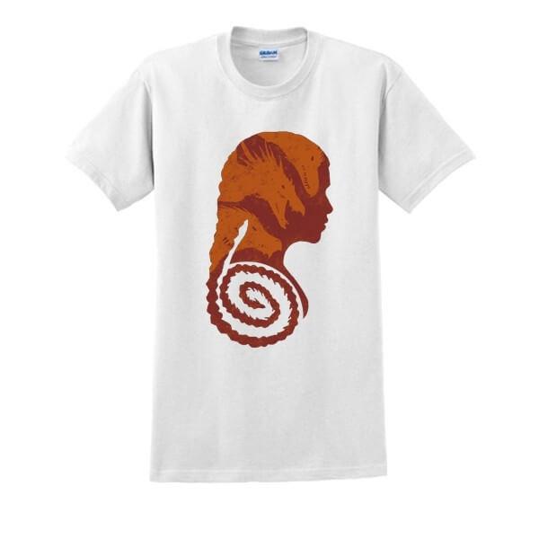 На картинке футболка «Дейнерис» (Игра престолов), вид спереди, цвет белый.