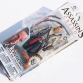 На картинке фигурка Коннор Кенуэй из Ассасин крид 3, упаковка.
