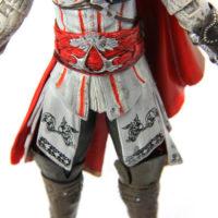 На картинке фигурка ассасина Эцио Аудиторе из Ассасин крид (Белая), детали.