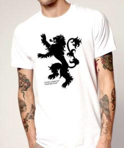 На картинке футболка «Герб Ланнистеров» (Игра престолов), вид спереди, цвет белый.