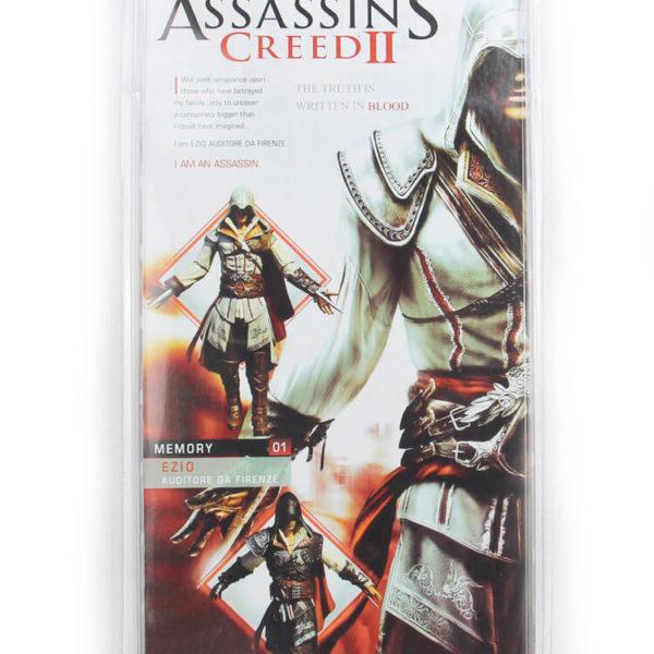 На картинке фигурка ассасина Эцио Аудиторе из Ассасин крид (Белая), упаковка.