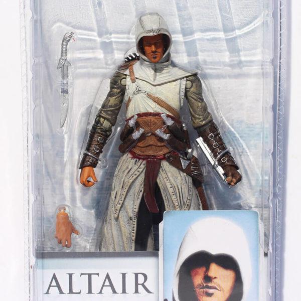 На картинке фигурка Альтаира (Ассасин крид), вид спереди в упаковке.